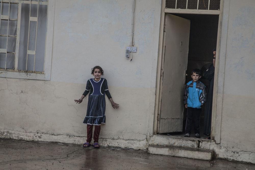 Imagem Ofensiva de Mossul, de Laurent Van der Stockt, mostra um bairro oriental de Mossul, Cogjali, sendo limpo pelas forças especiais iraquianas em busca dos restantes terroristas do Daesh, enquanto os civis continuam se sentindo inseguros