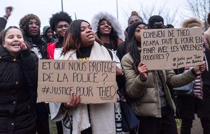 Protesto contra brutalidade policial na cidade de Bobigny, França, provocado por agressão a um rapaz de nome Theo