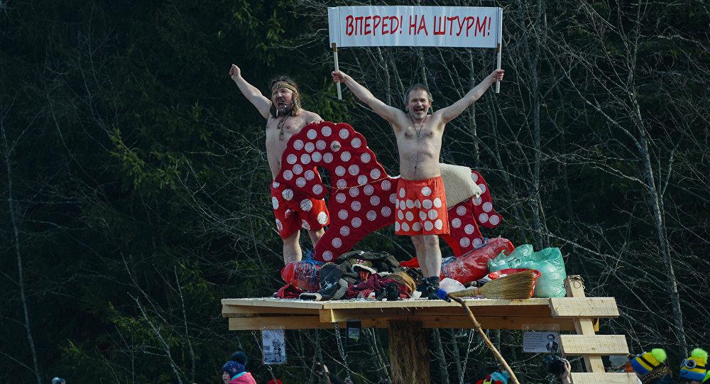 Ao ataque! - homens fantasiados comemoram Maslenitsa em Moscou