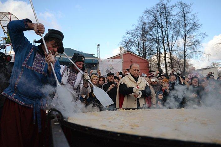 Comemoração da Maslenitsa em Moscou, panqueca gigante