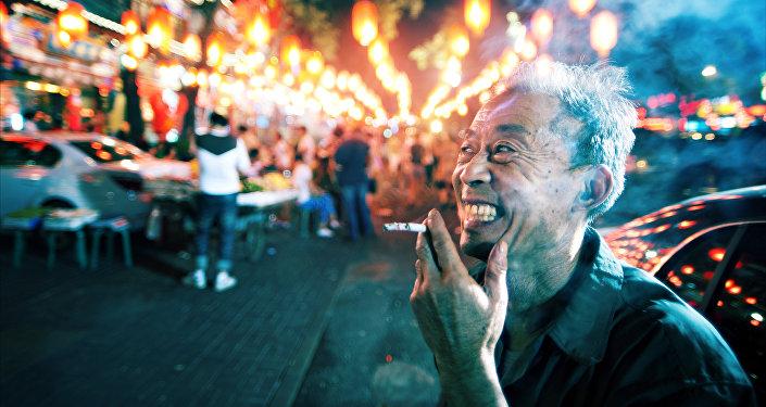 Homem chinês fumando