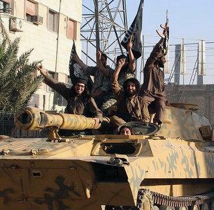 Soldados do Estado Islâmico em parada na cidade de Raqqa, Syria