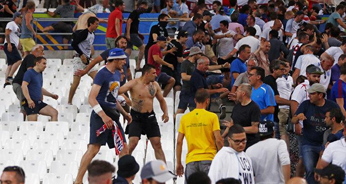 Futebol - Inglaterra vs Rússia - EURO 2016 - Grupo B – Estádio de Vélodrome, Marselha, França - Torcedores brigam no estádio após o jogo, 11 de junho de 2016