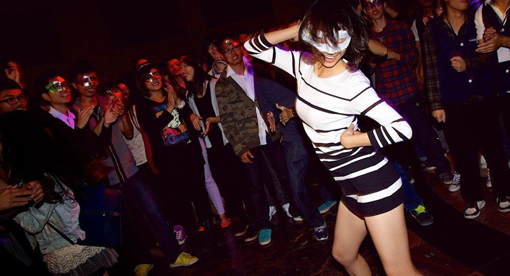 Uma mulher dança na festa