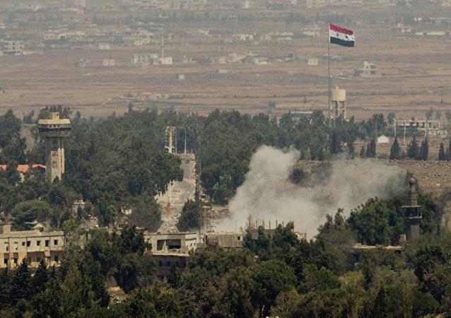 Fumaça sobe após ataque sírio na antiga cidade de Quneitra, perto da fronteira entre a Síria e as Colinas de Golã