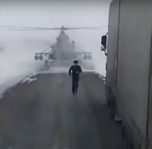 Helicóptero militar perdido aterrissa em estrada