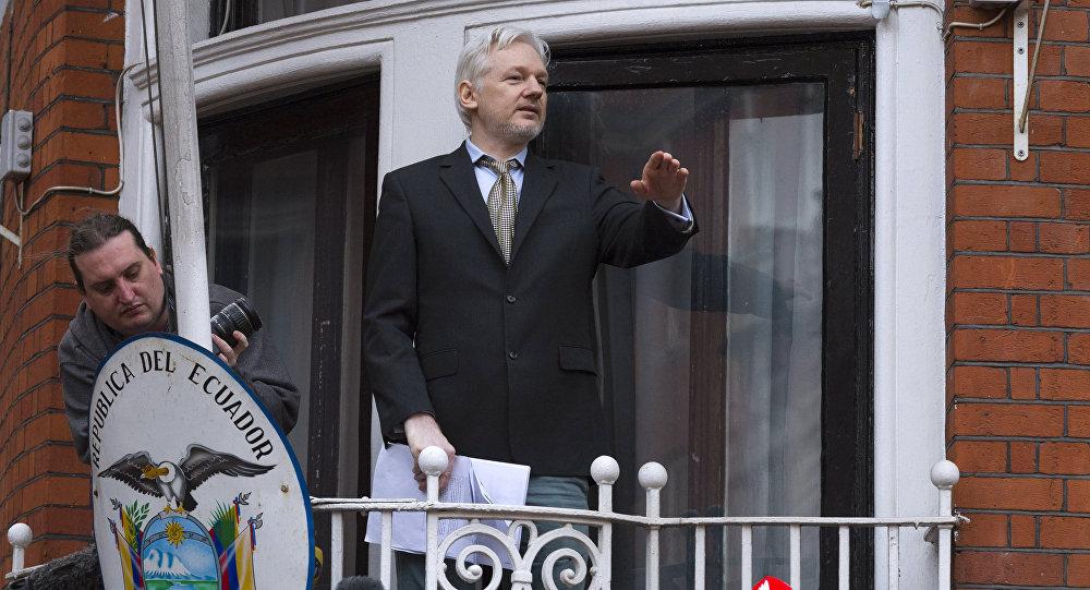 O co-fundador do WikiLeaks, Julian Assange, em discurso para jornalistas e manifestantes em uma varanda da Embaixada do Equador em Londres.