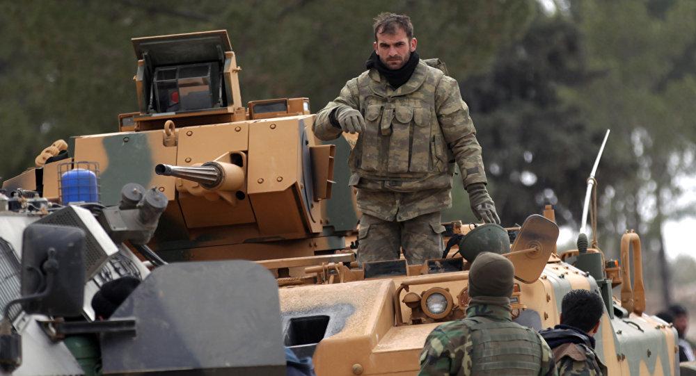 Forças da Turquia e do Exército Lívre da Síria atuando nos arredores da cidade síria de Al-Bab