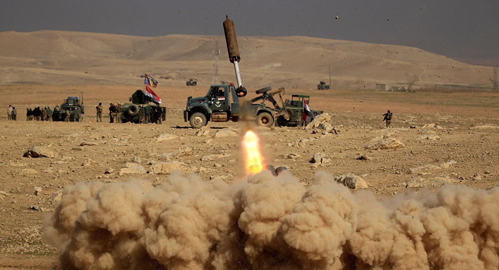 Membros das forças de resposta rápida iraquianas disparam um míssil contra militantes do Daesh durante uma batalha no sul da cidade de Mossul, Iraque, 19 de fevereiro de 2017