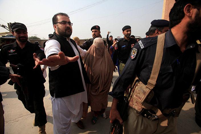 Sharbat Gula acompanhada pela polícia ao tribunal em Peshawar. 4 de novembro de 2016