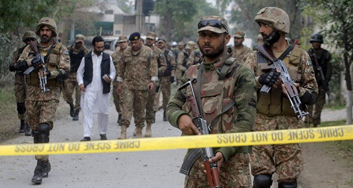 Soldados do Exército do Paquistão isolando a área de uma explosão em Peshawar (arquivo)