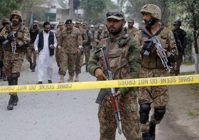 Soldados do Exército do Paquistão isolam a área de explosão em Peshawar, Paquistão