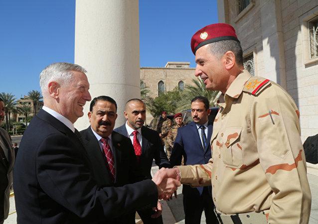 O secretário de Defesa dos EUa, James Mattis, e seu homólogo iraquiano Erfan al-Hiyali em Bagdá, em 20 de fevereiro de 2017