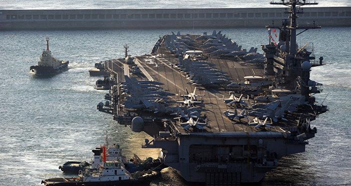 Porta-aviões USS Carl Vinson (CVN-70), de 97.000 toneladas, chega à cidade portuária meridional de Busan em 11 de janeiro de 2011