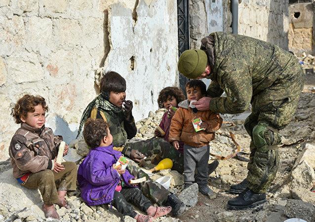 Soldado russo conversa com crianças sírias em Aleppo (Arquivo)