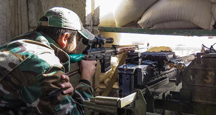 Atirador do Exército sírio na periferia leste de Damasco (Foto de arquivo)
