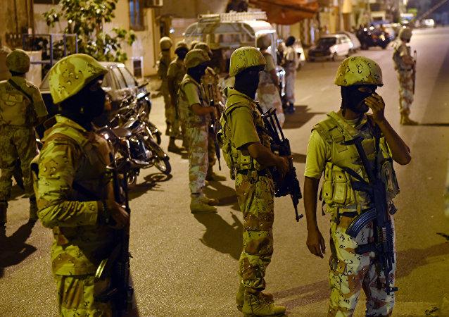 Paramilitares paquistaneses patrulhando as ruas (arquivo)