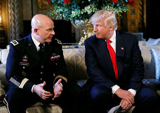 O presidente dos EUA, Donald Trump, e novo conselheiro de segurança nacional, general Herbert McMaster, em 20 de fevereiro de 2017