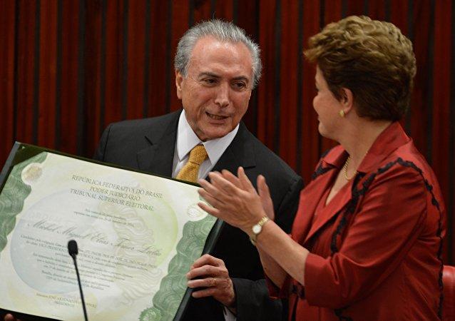 Dilma Rousseff, ex-presidenta do Brasil, ao lado de Michel Temer, atual chefe de Estado brasileiro
