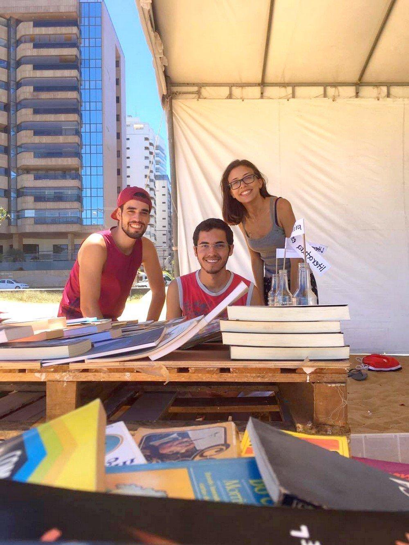 Suzana contou com a ajuda dos amigos que trabalharam com ela na biblioteca na praia