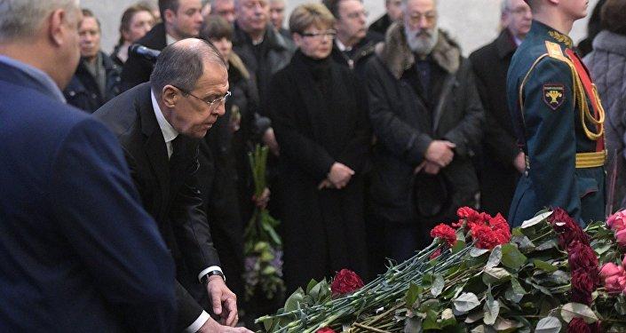 Chanceler russo, Sergei Lavrov, deposita flores ao caixão durante a cerimônia fúnebre do embaixador russo na ONU Vitaly Churkin