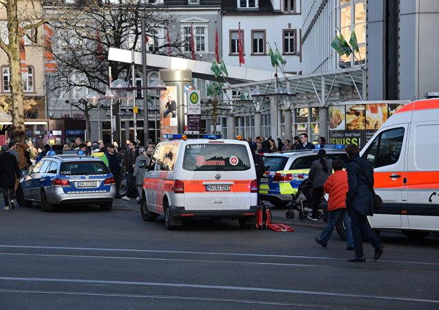 Veículo da polícia e ambulância na frente de um edifício em Heidelberg, oeste da Alemanha, onde um homem jogou seu carro contra os pedestres
