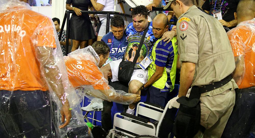 Um homem é socorrido após acidente durante o desfile de carnaval no Sambódromo, no Rio de Janeiro, Brasil, 26 de fevereiro de 2017.