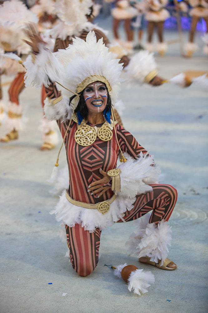 Bailarina da escola de samba Beija-Flor durante desfile