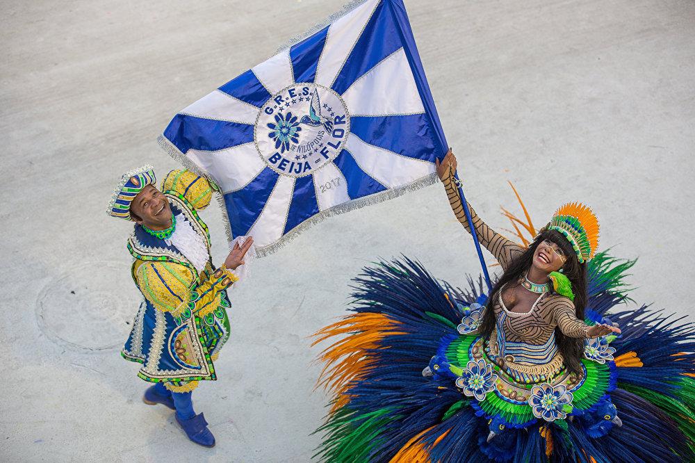 Casal de Mestre-sala e Porta-bandeira irradia felicidade durante desfile!