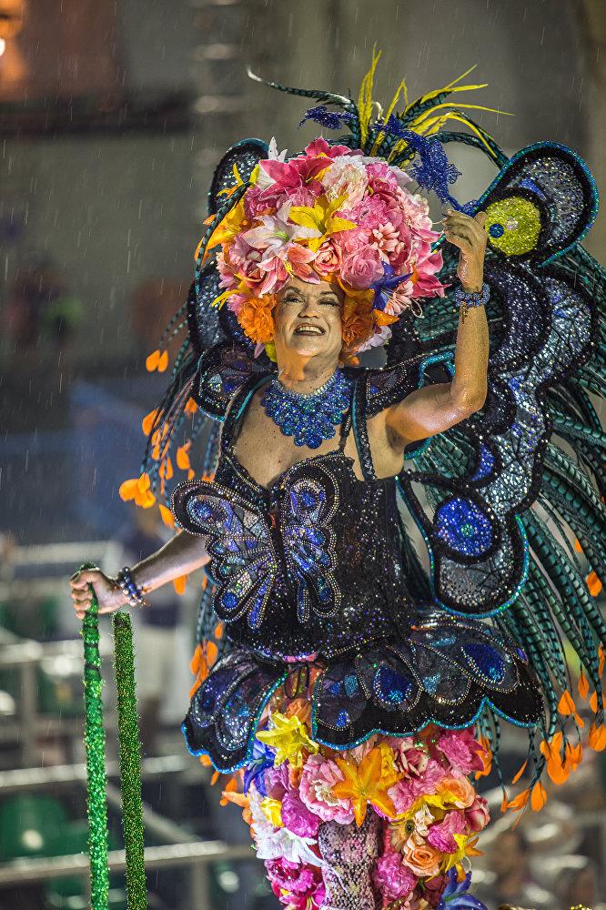 Nem a chuva impediu que esse participante exibisse seu traje exuberante!