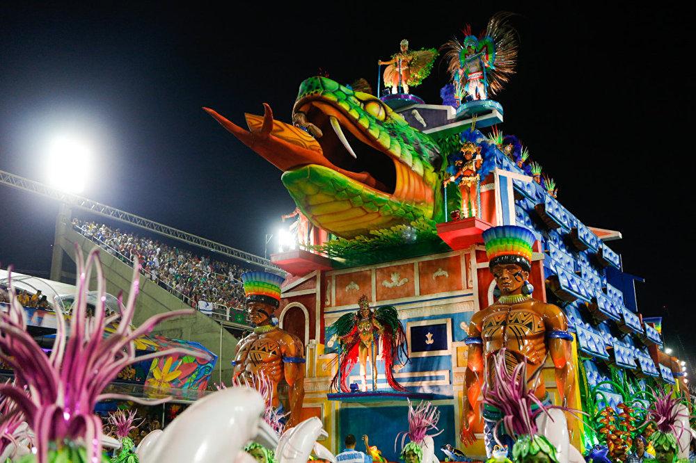 Carro alegórico da Portela com serpente, 27 de fevereiro de 2017