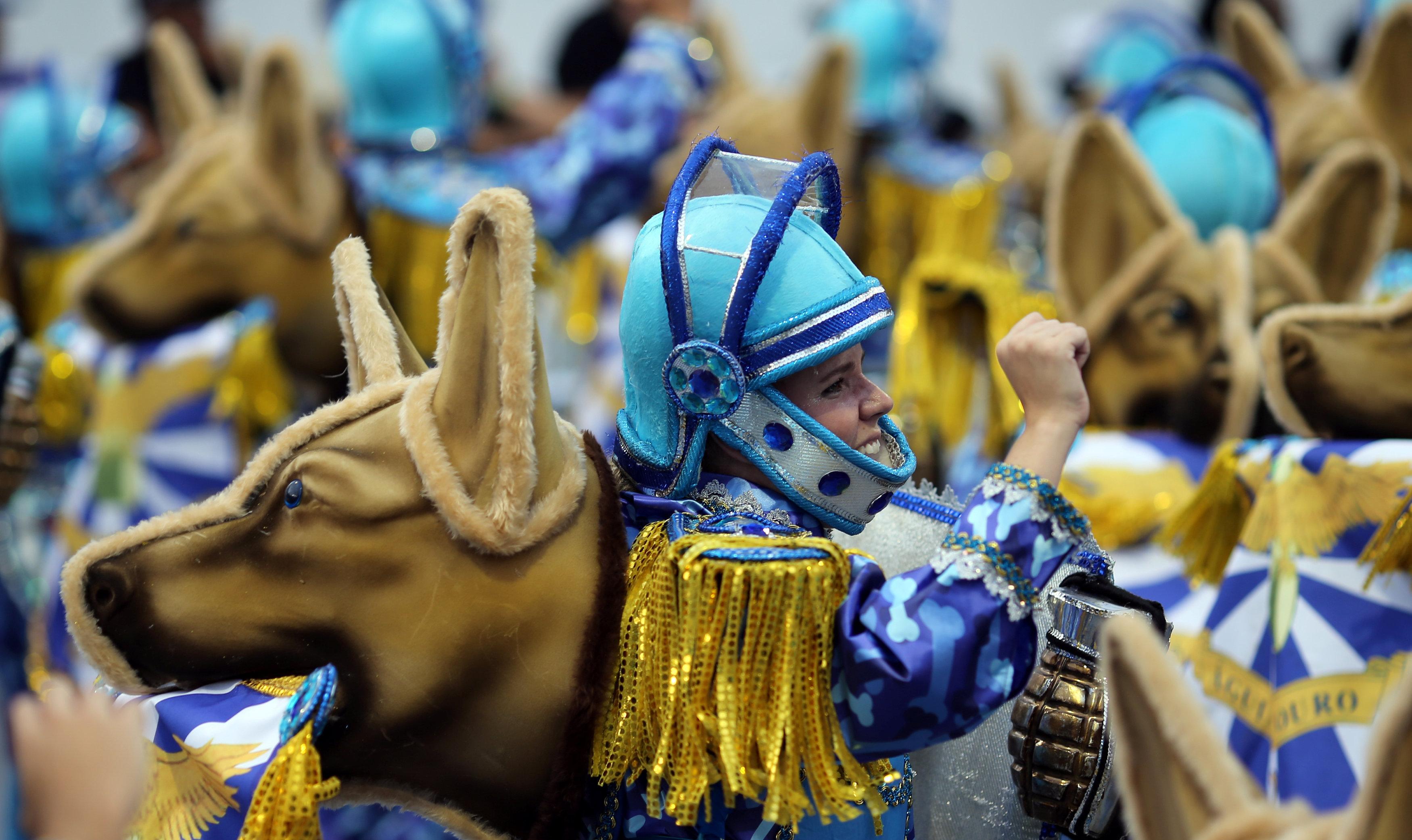 Desfile da Águia de Ouro, rebaixada após cantar o respeito aos animais.