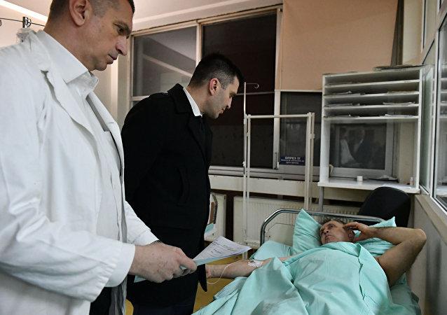 Zoran Djordjevic, ministro da Defesa da Sérvia, visita soldados feridos no incêndio da base de Kragujevac