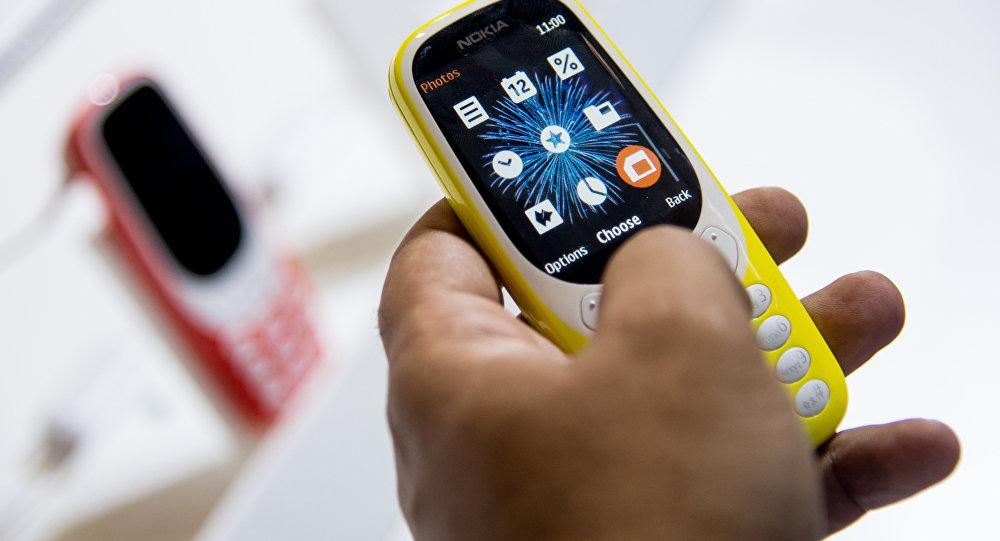 Uma pessoa testa o modelo atualizado do Nokia 3310