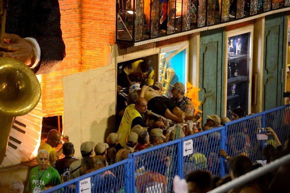 Bombeiros resgatam vítimas de carro alegórico da Unidos da Tijuca