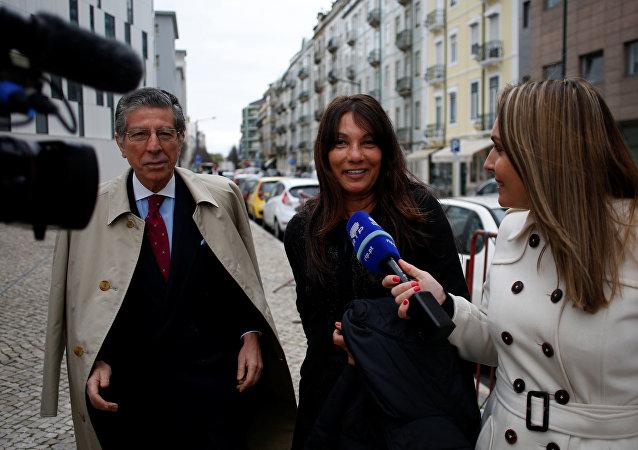 Sabrina de Sousa deixa a prisão, em Lisboa, acompanhada do seu advogado, Manuel Magalhães e Silva