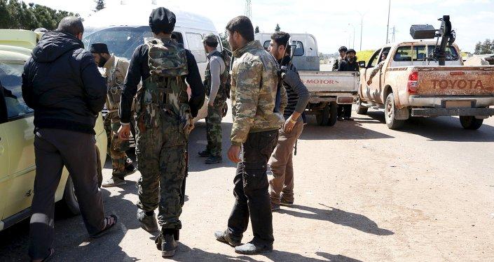 Militantes da Frente al-Nusra na entrada da cidade de Idlib