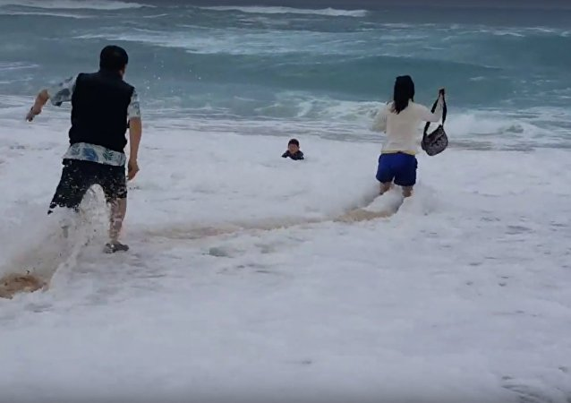 Salvamento de criança que quase morreu nas ondas