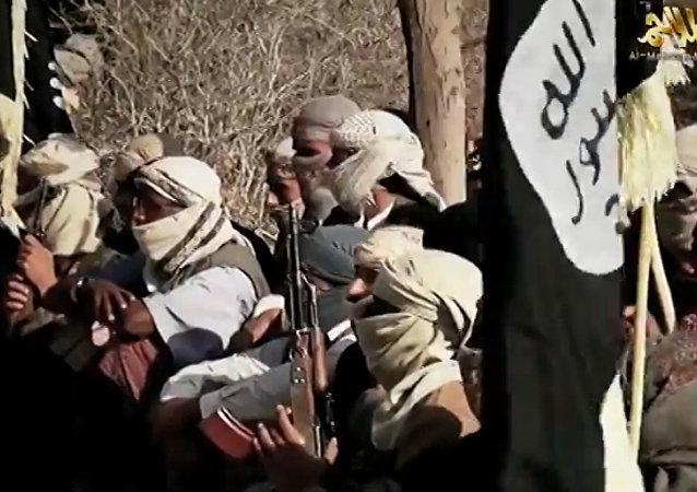 Vídeo lançado em 29 de março de 2014 pela Al-Qaeda na Península Arábica (AQAP) supostamente mostra os jihadistas do grupo ouvindo seu  líder Nasser al-Wuhayshi no Iêmen.