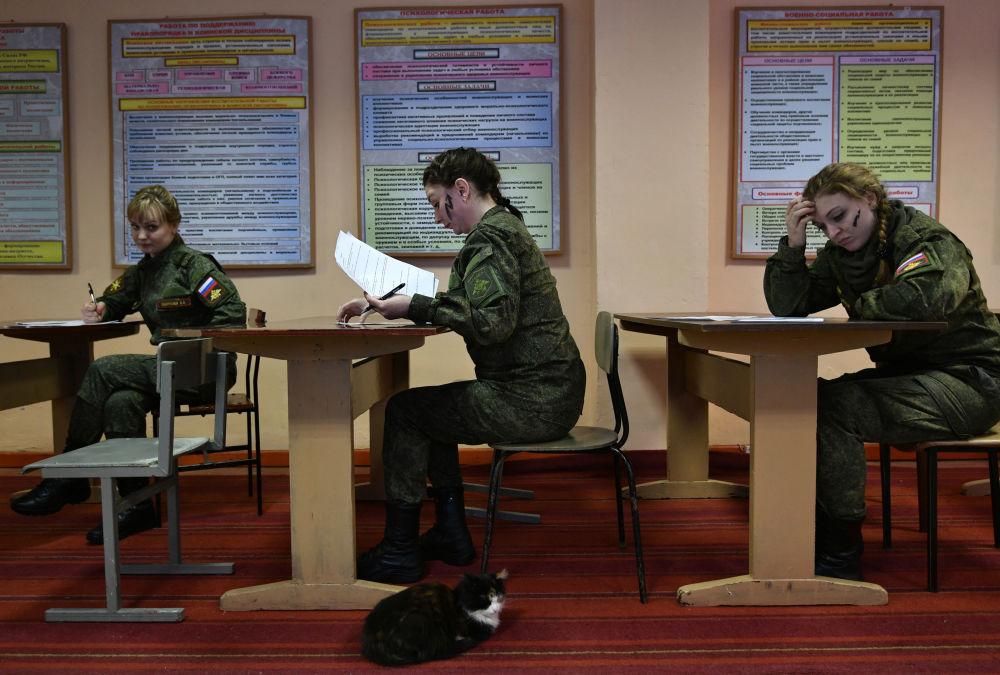 Participantes antes do início do concurso de beleza e profissional entre mulheres militares das forças de mísseis estratégicos na região de Yaroslavl, na Rússia