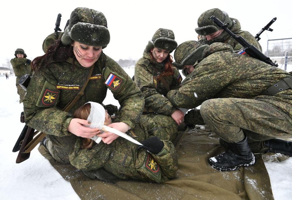 Participantes prestam primeiros socorros a um ferido durante o concurso de beleza e profissional entre mulheres militares das forças de mísseis estratégicos na região de Yaroslavl, na Rússia