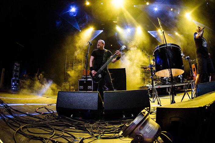 O baixista Paulo Xisto Pinto Júnior e vocalista Derrick Green, do Sepultura, dando show em Moscou, em 7 de março de 2017