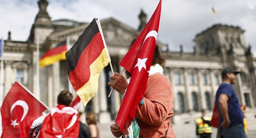 Manifestantes com bandeiras da Alemanha e da Turquia em frente ao Reichstag. Berlim.