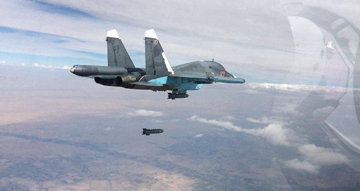 Caça-bombardeiro russo Su-34 realiza ataque contra as forças do Daesh na Síria (foto de arquivo)