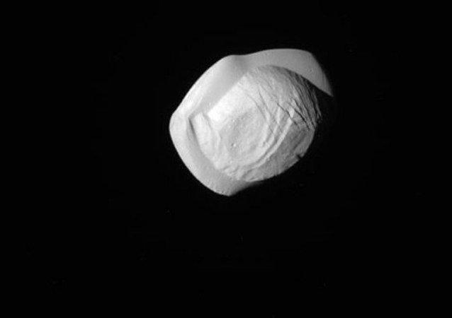 Cassini revela forma estranha da lua Pan de Saturno