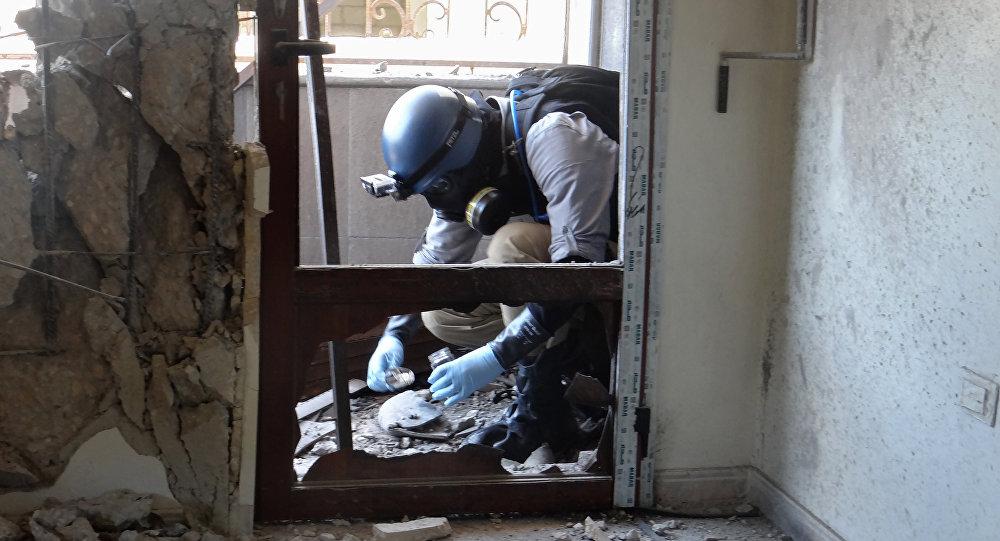 Um especialista das Nações Unidas recolha amostras de solo para investigação do suposto uso das armas químicas na Síria