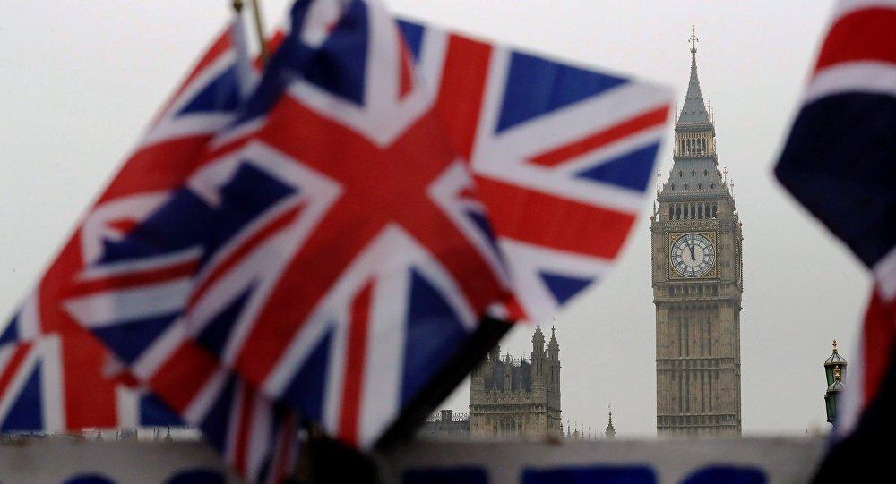 May pode avançar com o Brexit — Aprovado pela rainha