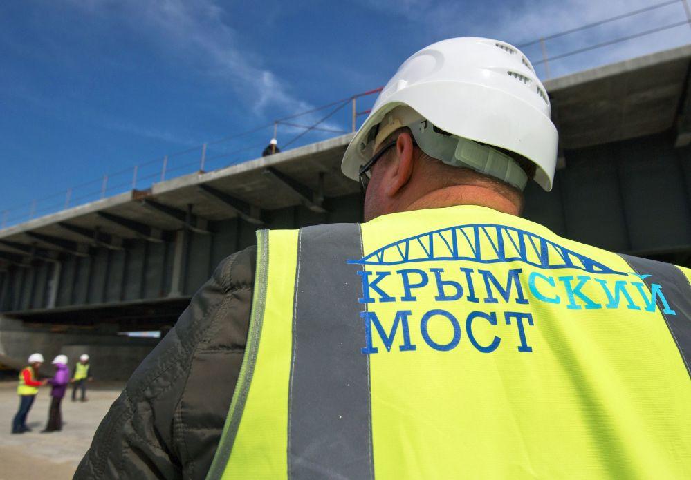 Funcionário durante a construção da rodovia através do Estreito de Kerch, no mar de Azov