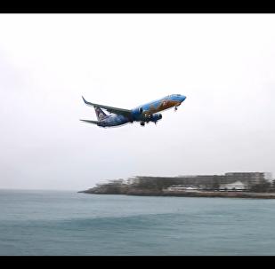 Como relaxar? Avião aterrissa muito próximo à praia