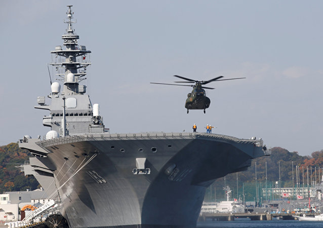 Helicóptero aterrissa no porta-helicópteros japonês Izumo, na base de Yokosuka